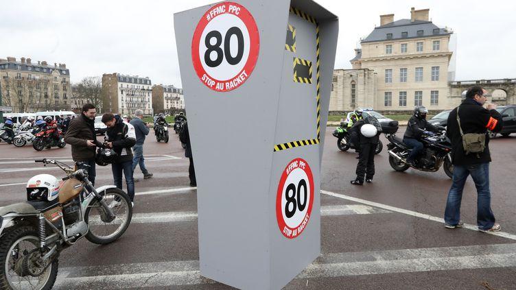 Des motards en colère manifestent contre la limitation à 80km/h, le 3 février 2018 à Paris. (JACQUES DEMARTHON / AFP)