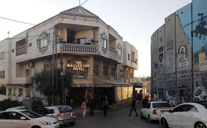 """Le""""Walled-Off"""" que Banksy a ouvert en 2017 dans la ville palestinienne et dont les chambres donnent sur le mur érigé par Israël et qui empiète en Cisjordanie. (AHMAD GHARABLI / AFP)"""