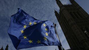 Le drapeau européen flotte devant le Parlement britannique, à Londres (Royaume-Uni), le 17 janvier 2018. (DANIEL LEAL-OLIVAS / AFP)