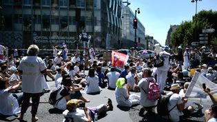 Les personnels des urgences manifestent une nouvelle fois mardi 2 juillet à Paris, et dans plusieurs villes de France. (STEPHANE DE SAKUTIN / AFP)