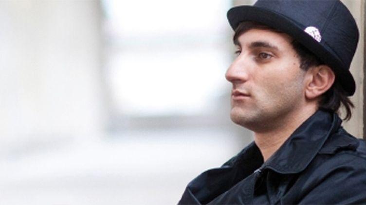 """Le pianiste David Martello alias Klavierkunst a joué """"Imagine"""" de Lennon devant le Bataclan samedi à Paris, au lendemain des attentats sanglants.  (davidmartello.com)"""
