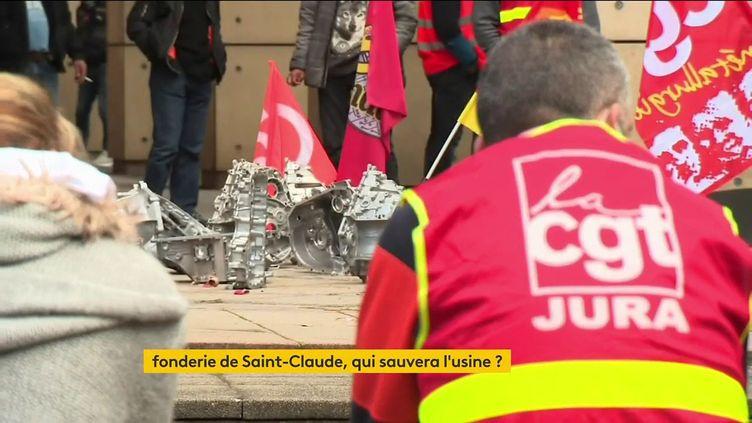 Des salariés de la fonderie MBF devant le tribunal de commerce de Dijon (FRANCEINFO)