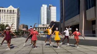 Des danseurs de la compagnie Dance Theatre of Harlem, dans les rues de Harlem, à New York (Etats-Unis), en juillet 2020. (DANCE THEATRE OF HARLEM / YOUTUBE)