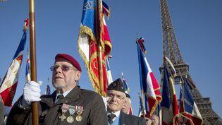 Des anciens combattants de la guerre d'Algérie célèbrent les 50 ans des accords d'Evian, le 19 mars 2012, à Paris. (JOEL SAGET / AFP)