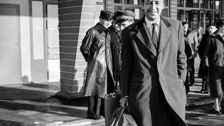 L'écrivain Romain Gary le 13 décembre 1956 à Orly (STRINGER / AFP)