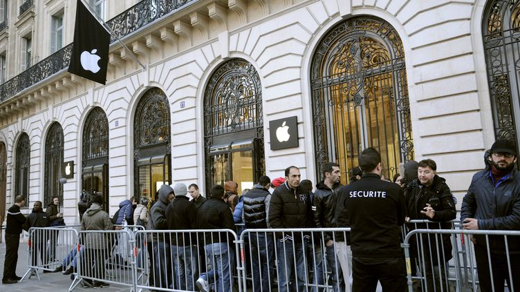 Le nouvel iPad est vendu à Paris vendredi 16 mars 2012 (BERTRAND GUAY / AFP)
