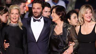 """Catherine Corsini (troisième en partant de la gauche), entourée des acteurs Marina Foïs, Pio Marmaï et Valeria Bruni Tedeschi pour la projection au Festival de Cannes de son film """"La Fracture"""", le 9 juillet 2021. (VALERY HACHE / AFP)"""