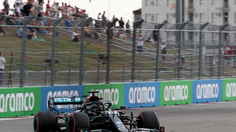 Lewis Hamilton lors des qualifications du Grand Prix de Russie, à Sotchi. (YURI KOCHETKOV / POOL)