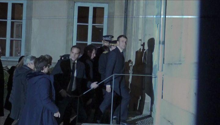 Emmanuel Macron dans la cour d'honneur de la préfecture de Haute-Loire, au Puy-en-Velay, le 4 décembre 2018. (GILLES GALLINARO / RADIO FRANCE)