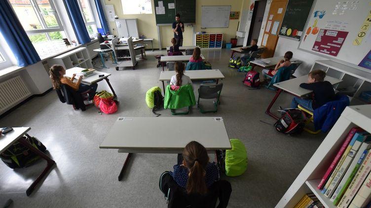 Une classe dans laquelle les bureaux sont espacés pour respecter les règles de distanciation, en Allemagne (illustration). (CHRISTOF STACHE / AFP)