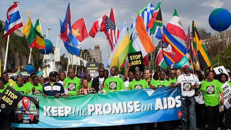 Des militants de l'organisation Aids, manifestent, le16 juillet 2016, à Durban,pour dénoncer le décalage entre les promesses des politiques et la réalité sur le terrain.  (MATHEW KAY / AFP)