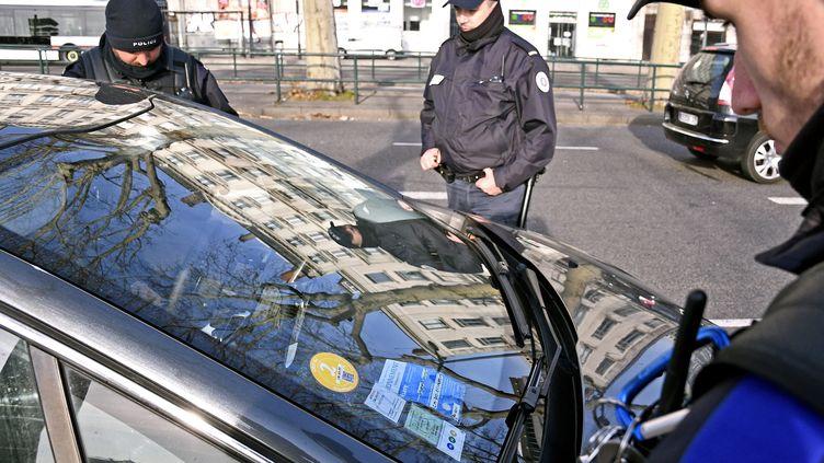Un contrôle sur un véhicule équipé d'une vignette Crit'Air, à Lyon, le 28 février 2019. (MAXPPP)
