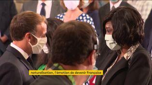 Emmanuel Macron a procédé à la naturalisation de cinq personnes, vendredi 4 septembre. France Télévisions a pu suivre l'une d'entre elles dans cette journée spéciale. (FRANCEINFO)