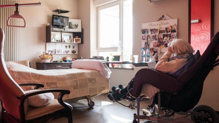 Une résidente d'un Ehpad à Marchiennes (Nord), le 27 mars 2020. (JULIE SEBADELHA / HANS LUCAS)