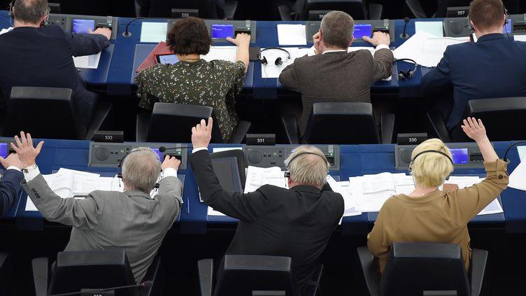 Des députés européens votent lors d'une session pleinière à Strasbourg, le 26 mars 2019. (FREDERICK FLORIN / AFP)