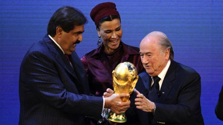 Hamad Bin Khalifa Al Thani (alors responsable du dossier du Qatar) et Sepp Blatter (alors président de la Fifa), en décembre 2010