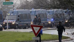 """Les forces de l'ordre sont postées à Dammartin-en-Goële (Seine-et-Marne), le 9 janvier 2015, pendant l'opération destinée à interpeller les suspects de l'attaque du journal """"Charlie Hebdo"""". (MICHEL SPINGLER / AP / SIPA)"""
