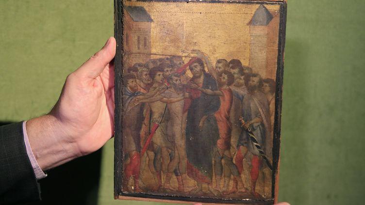 Un expert montre le tableau du peintre Cimabue adjujé à plus de 24 millions d'euros le 27 octobre 2019 lors d'une vente aux enchères (MICHEL EULER/AP/SIPA / SIPA)