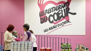 Des bénévoles des Restos du Coeur préparent une distribution de nourriture à Paris, le 25 novembre 2013. (PATRICK KOVARIK / AFP)