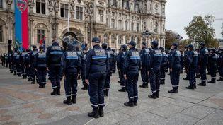 La première promotion de la police municipale de Paris sur le parvis de l'hôtel de ville, le 18octobre 2021.  (CARINE SCHMITT / HANS LUCAS / AFP)