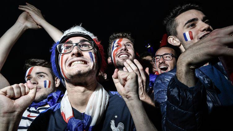 Des fans de l'équipe de France de football, à Moscou (Russie), le 10 juillet 2018, lors de la demi-finale de la Coupe du monde entre la France et la Belgique. (NIU BO / IMAGINECHINA / AFP)