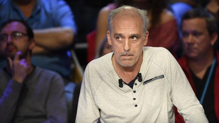 Phlippe Poutou, le 4 avril 2017, lors du débat télévisé organisé entre les 11 candidats à l'élection présidentielle. (LIONEL BONAVENTURE / POOL)