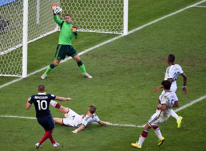Karim Benzema tente de marquer contre le gardien Manuel Neuer de l'Allemagne lors des quarts de finale la Coupe du Monde de football 2014 face à l'Allemagne à l'Estadio do Maracana à Rio de Janeiro, au Brésil, le 4 juillet 2014. (MARCUS BRANDT / MAXPPP)