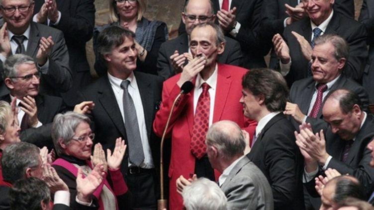 Patrick Roy remerciant l'ensemble des députés qui le saluent debout lors de son retour à l'Asemblée le 15/3/2011 (AFP/)