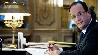 Le président François Hollande dans son bureau de l'Elysée  (BERTRAND LANGLOIS / AFP)