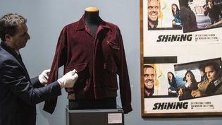"""Veste que porte Jack Nicholson dans """"Shining"""" de Stanley Kubrick mise au enchères à Turin en mars 2018  (MARCO BERTORELLO / AFP)"""