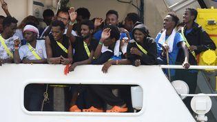 """Le navire """"Aquarius"""" accoste dans le port de Malte, le 15 août 2018, avec 141 demandeurs d'asile à bord. (MATTHEW MIRABELLI / AFP)"""