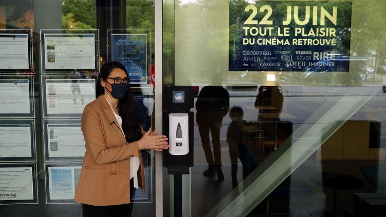 Natacha Bouchaudon, directrice d'un cinéma UGC à Paris, prépare la réouverture de l'établissement, le 17 juin 2020. (THOMAS COEX / AFP)