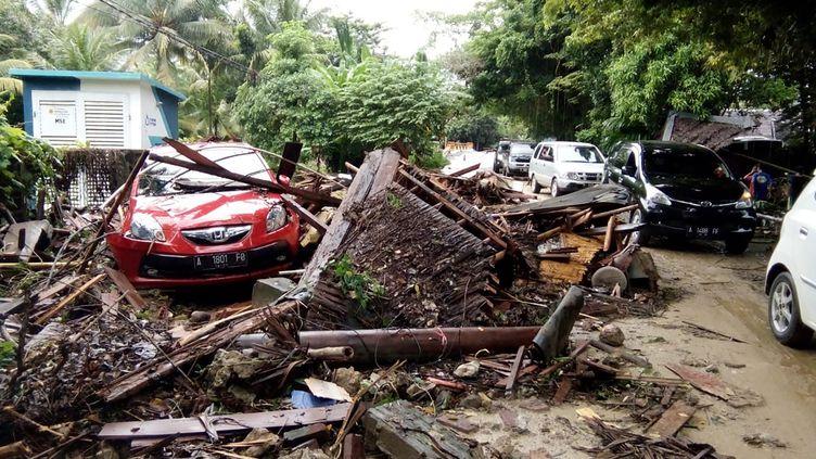 Le long de la plage de Carita, en Indonésie, maisons et voitures ont été emportées par la vague du tsunami, dimanche 23 décembre. (SEMI / AFP)