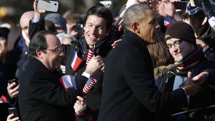 François Hollande et Barack Obama saluent la foule près de la Maison Blanche, à Washington (Etats-Unis), le 11 février 2014. (JONATHAN ERNST / REUTERS)