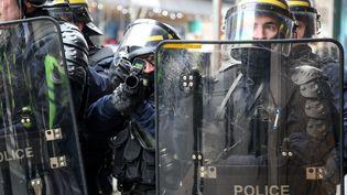 """Des policiers déployés dans les rues de Paris le 5 janvier 2019, pendant un rassemblement de """"gilets jaunes"""". (ZAKARIA ABDELKAFI / AFP)"""
