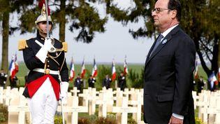 Le président François Hollande, devant un monument au cimetière de Cerny-en-Laonnois, pendant la commémoration du centenaire de la bataille du Chemin des Dames, le 16 avril 2017. (FRANCOIS NASCIMBENI / AFP)