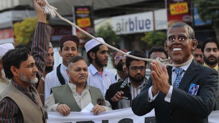 Une effigie de Barack Obama, le président américain, est pendue lors d'une manifestation à Karachi (Pakistan), le 26 février 2012. (RIZWAN TABASSUM / AFP)