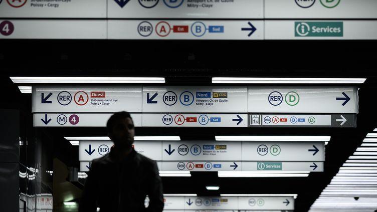 """Un voyageur circule dans les couloirs de la station de métro """"Châtelet"""" à Paris, le 23 décembre 2019. (PHILIPPE LOPEZ / AFP)"""