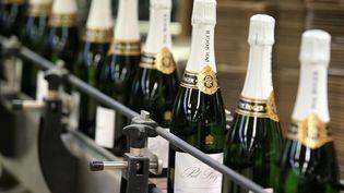 Desbouteilles de champagne Pol Roger étiquetées , à Epernay. Photo d'illustration. (FRANCOIS NASCIMBENI / AFP)