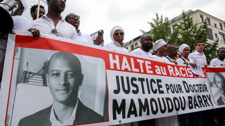 """Une bannière """"Halte au racisme - Justice pour le docteur Mamoudou Barry"""" brandie lors de la marche du 26 juillet 2019, en hommage au Guinéen décédé après une agression (LOU BENOIST / AFP)"""