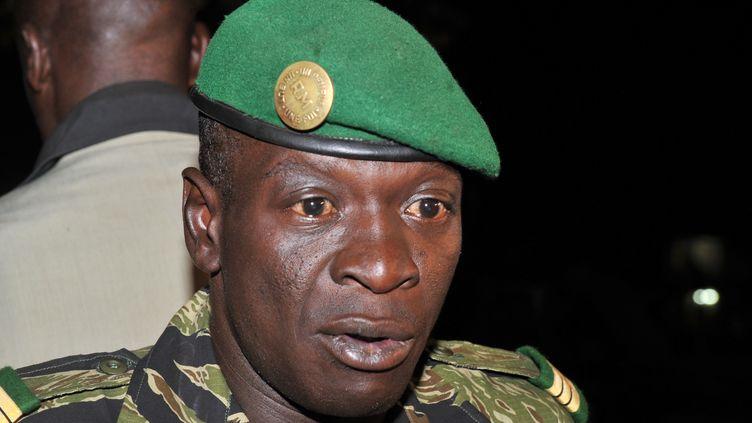Le chef de la junte militaire malienne, le capitaine Amadou Sanogo, dont l'armée perd du terrain au nord du Mali, parle à la presse près de Bamako (Mali) le 31 mars 2012. (ISSOUF SANOGO / AFP)