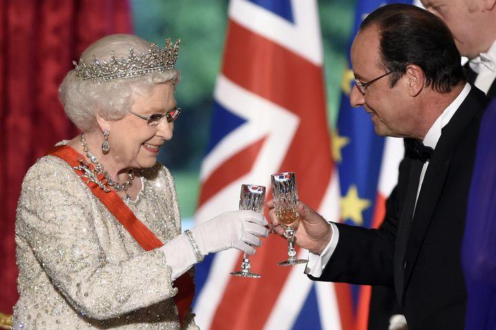 La reine Elizabeth et François Hollande trinquent lors du dîner d'Etat organisé à l'Elysée, le 6 juin 2014, en conclusion de la journée de commémoration du 70e anniversaire du Débarquement allié. (ERIC FEFERBERG / AFP)