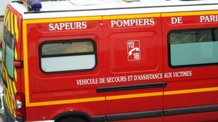 A Puteaux, un véhicule de sapeurs-pompiers transporte l'infirmière soupçonnée d'être porteuse du virus Ebola, vers l'hôpitalBégin de Saint-Mandé (Val-de-Marne), le 16 octobre 2014. ( FRANCE 2 / FRANCE TV INFO )