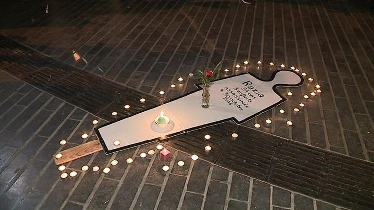 """A Besançon (Doubs), le 2 novembre 2018, lasilhouette blanche d'un corps, entourée de bougies porte une épitaphe : """"Razia, 34 ans, 3 enfants, assassinée le 30 octobre 2018"""". (JULIEN PERCHERON / FRANCE 3 FRANCHE-COMTE)"""