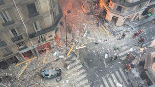 Une vue d'en haut des dégâts causés par l'explosion dans une boulangerie parisienne du 9e arrondissement. (CARL LABROSSE / AFP)