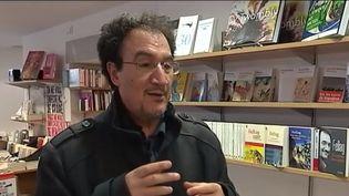 """Depuis plus de 20 ans, Fellag nous fait rire avec ses spectacles qui racontent les liens entre la France et l'Algérie. Un humour jamais méchant. Son nouveau spectacle """"Bled runner"""" est à l'affiche à Paris. (FRANCE 3)"""
