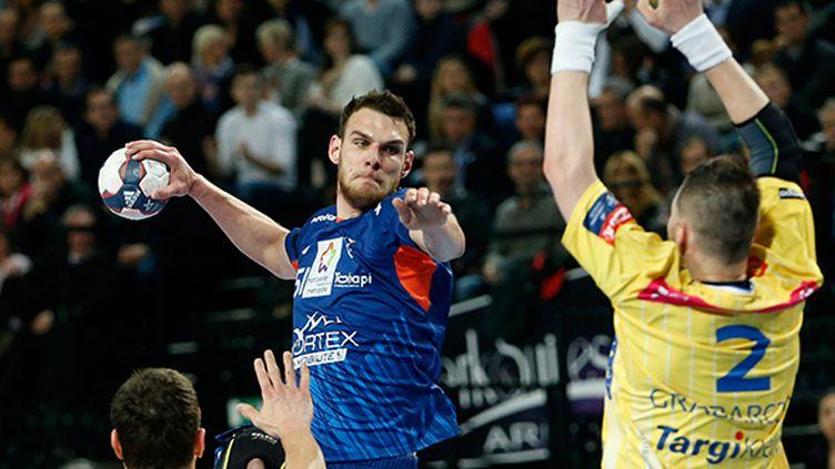 Le Montpellierain Borut Mackovsek à l'attaque de la défense de Kielce