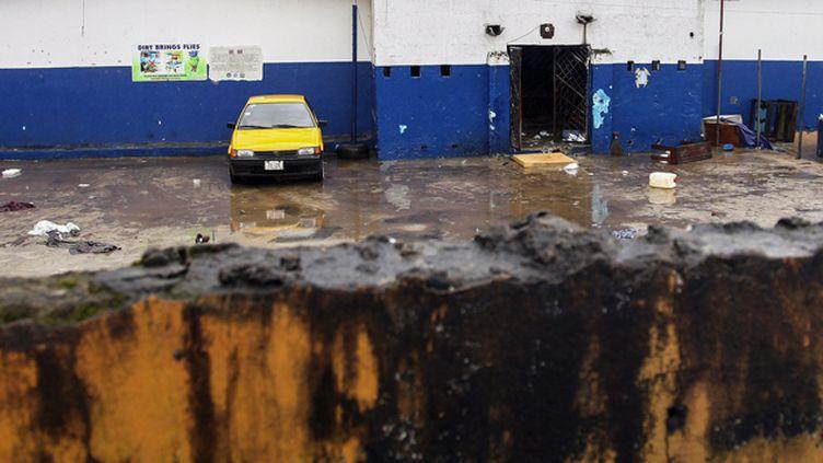 (Le centre d'isolement d'où se sont échappés les 17 patients, dans la banlieue de Monrovia. © Maxppp)
