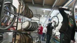 Depuis le déconfinement, lundi 11 mai, les vélos sont partout. Omniprésents à tel point que la ministre des Transports a annoncé jeudi 14 mai la création d'une académie des métiers du vélo, qui formera en urgence 150 mécaniciens. Les fabricants s'adaptent eux aussi. (FRANCE 2)