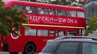 Anne-Christine Chartin propose des ateliers de couture dans un bus à impériale. Elle s'attire la sympathie de ses élèves comme des automobilistes. (CAPTURE ECRAN FRANCE 2)